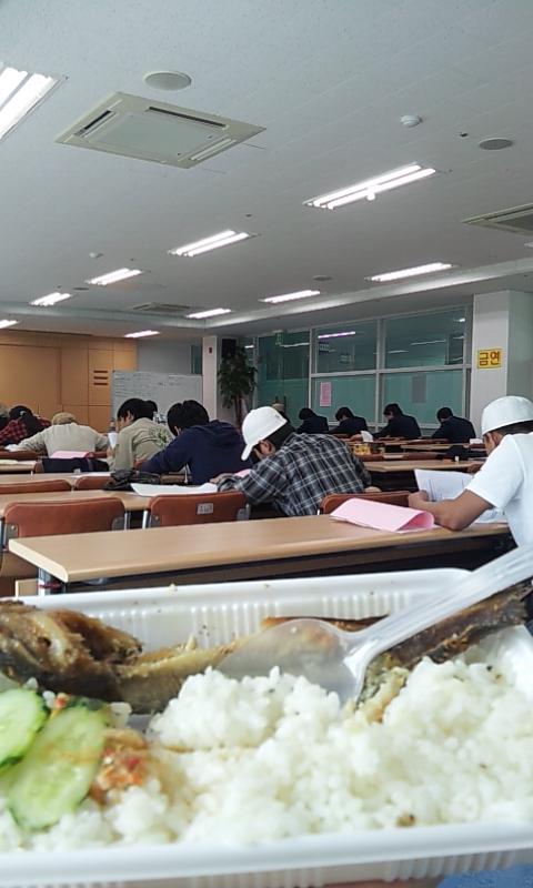 makan lele sambil jaga ujian :p