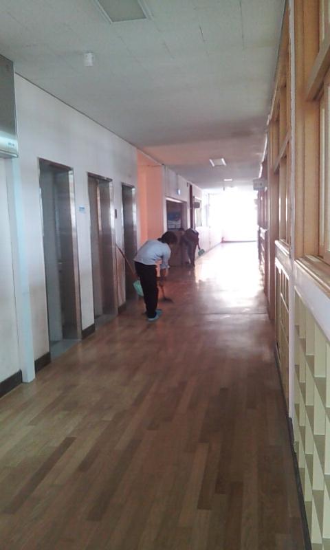 mahasiswa UT membersihkan tempat ujian (setelah UTS ke-2 di Busan)