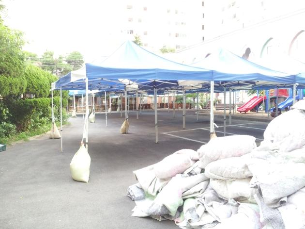 Tenda-tenda untuk bazaar di halaman masjid, gambar diambil sore hari H-1 Idul Fitri ketika saya kesana :)