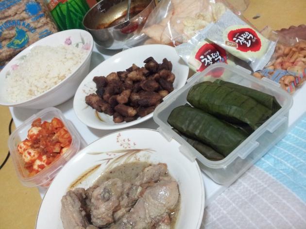 Walaupun ndak mudik, kami dapat kiriman makanan ala lebaran Indonesia :')