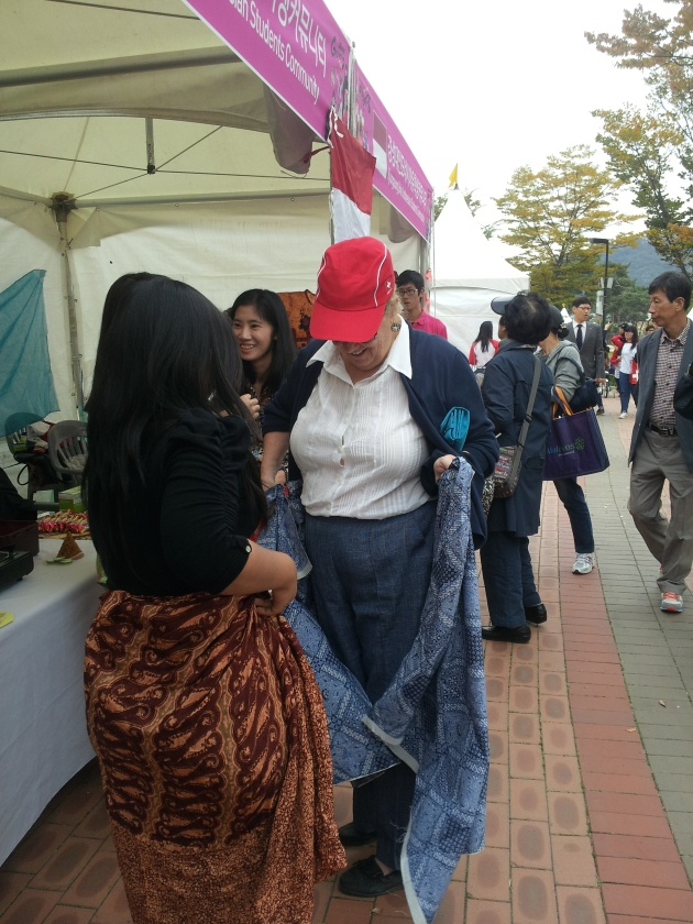 Ibu dari Rusia ini sedang nyobain kain batik