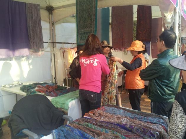 Booth India: banyak kain Sari