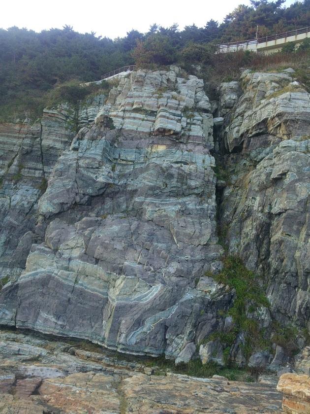 Pasti butuh ratusan bahkan ribuan tahun membentuk formasi lapisan batuan itu! Masya Allah, praise the Lord :')